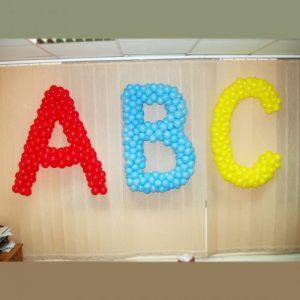Интересное оформление буквы новый год шариками срочно