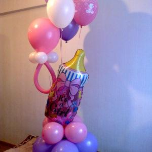 Современно оформить композицию из шаров на выписку из роддома шариками