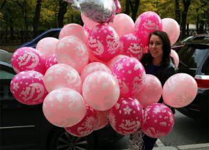 Необычно оформить композицию из шаров на выписку из роддома шариками