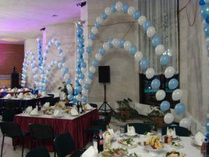 Интересное оформление корпоратива на новый год воздушными шарами
