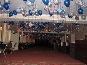 Оригинальное оформление корпоратива на новый год воздушными шариками в Москве