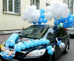 Красиво украсить машину на выписку из роддома шариками срочно