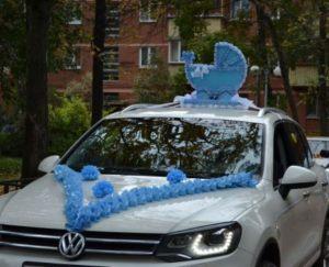 Красиво украсить машину на выписку из роддома шарами в Москве