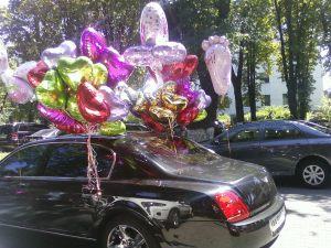 Необычное украсить машину на выписку из роддома воздушными шариками в Москве