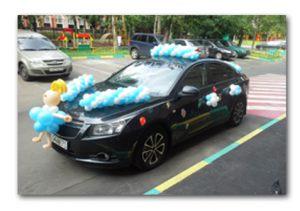 Красиво украсить машину на выписку из роддома шариками