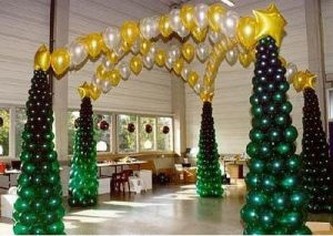 Современное украшение на новый год воздушными шарами