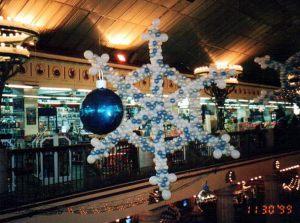 Бюджетные снежинки из шаров на новый год воздушными шариками недорого