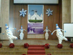 Современное оформление сцены на новый год воздушными шариками