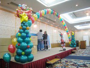 Бюджетное оформление сцены на новый год воздушными шарами недорого