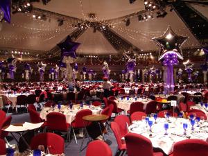 Современное оформление стола на новый год воздушными шариками срочно