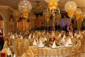 Интересное оформление стола на новый год воздушными шариками