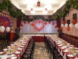 Современное оформление стола на новый год воздушными шарами
