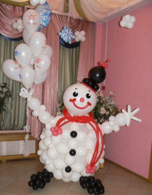 Оригинальный снеговик из шаров на новый год шариками в Москве