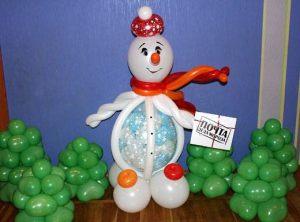 Бюджетный снеговик из шаров на новый год шариками