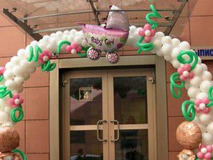 Стильное оформление на выписку из роддома шариками в Москве