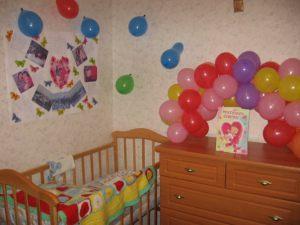 Тематическое Украшение комнаты на выписку из роддома шарами в Москве