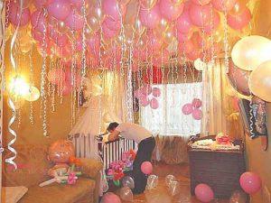 Красивое Украшение комнаты на выписку из роддома шарами в Москве