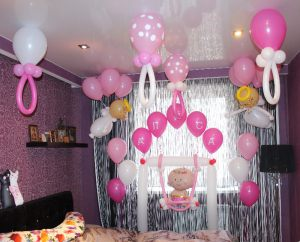 Бюджетное Украшение комнаты на выписку из роддома шарами срочно