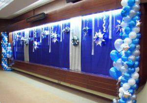 Необычное украшение магазина новогодними шарами срочно