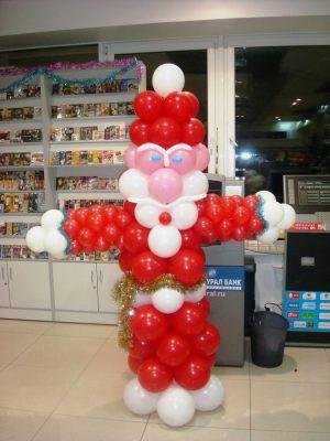 Стильное украшение магазина новогодними шарами заказать в Москве