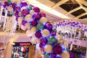 Бюджетное украшение магазина новогодними шарами недорого