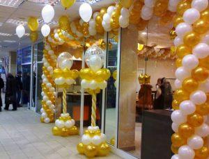 Стильное украшение магазина новогодними шарами заказать