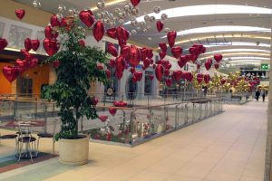 Оригинальное украшение магазина новогодними шарами недорого