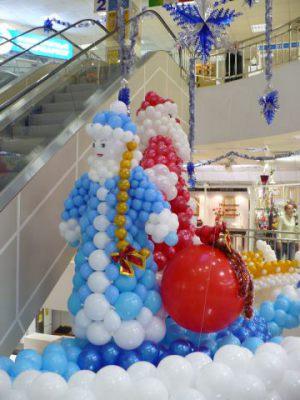 Современное украшение магазина новогодними шарами недорого