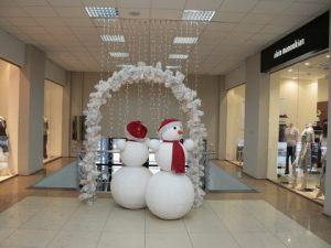 Недорогое украшение магазина новогодними шарами заказать в Москве