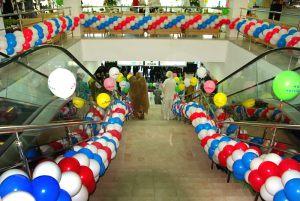 Бюджетное украшение магазина новогодними шарами заказать