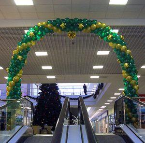 Стильное украшение магазина новогодними шарами