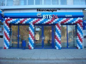 Бюджетное украшение магазина новогодними шарами