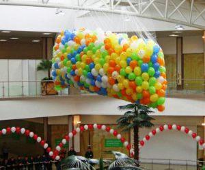 Тематическое украшение магазина новогодними шарами заказать в Москве