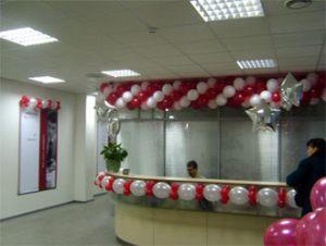 Бюджетное оформление офиса на новый год воздушными шариками срочно