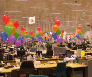 Необычное оформление офиса на новый год шарами в Москве