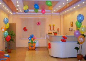 Интересное оформление офиса на день рождение воздушными шариками в Москве