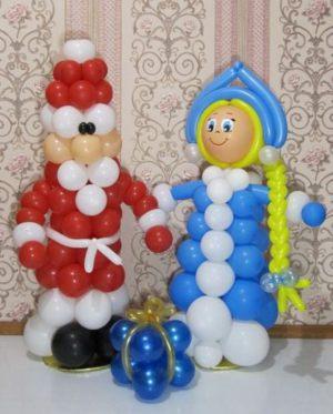 Интересное украшение окон к Новому году воздушными шарами