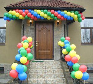 Современное оформление подъезда на день рождения воздушными шарами в Москве