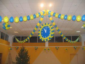 Недорогое украшение потолка на Новый год воздушными шарами в Москве