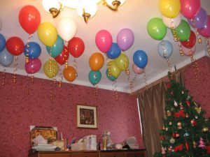 Бюджетное украшение потолка на Новый годшарами