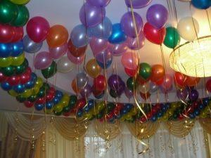 Недорогое украшение потолка на Новый год в Москве