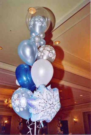 Красивое украшение потолка на Новый год шариками срочно