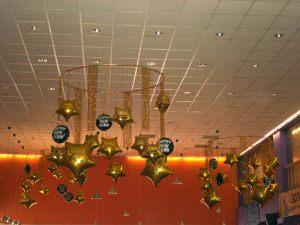 Интересное украшение потолка на Новый год воздушными шариками недорого
