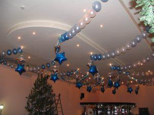 Интересное украшение потолка на Новый год шариками недорого