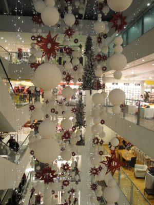 Стильное украшение потолка на Новый годшарами