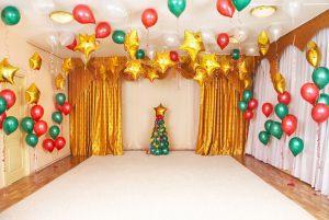 Недорогое украшение потолка на Новый год шариками в Москве