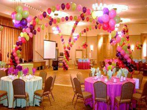 Стильное оформление ресторана на день рождение воздушными шариками в Москве