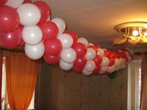 Недорогое украшение комнаты новогодними шарами