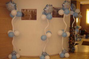 Интересное украшение комнаты новогодними шарами срочно