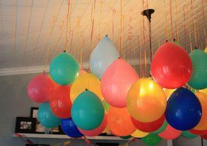 Стильное украшение комнаты новогодними шарами заказать в Москве